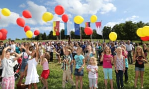 Residents let balloons rise in Westerngrund.