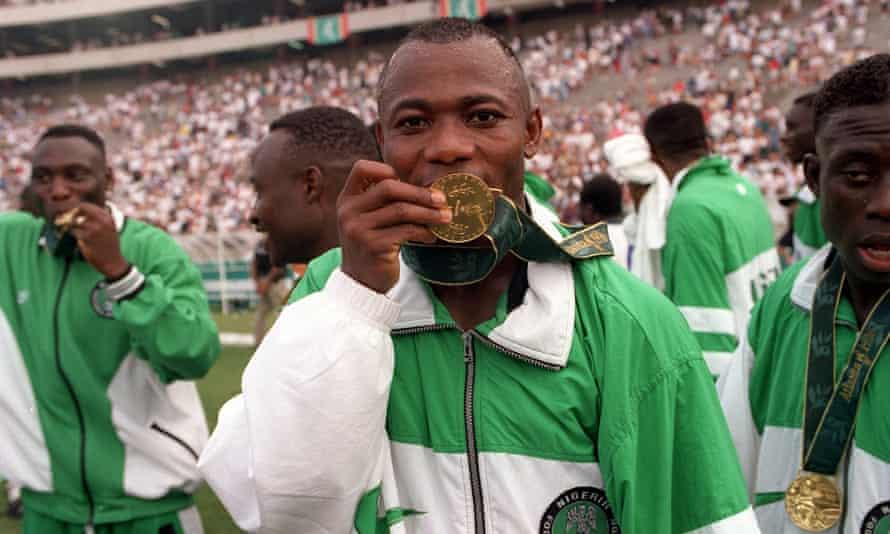 Emmanuel Amunike kisses his gold medal in Atlanta.