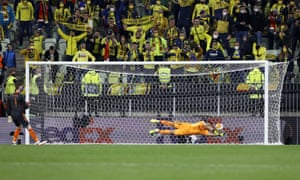 Villarreal goalkeeper Geronimo Rulli saves the penalty of goalkeeper David de Gea.