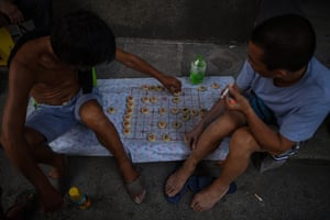 Men play a board game next to the Yangtze river