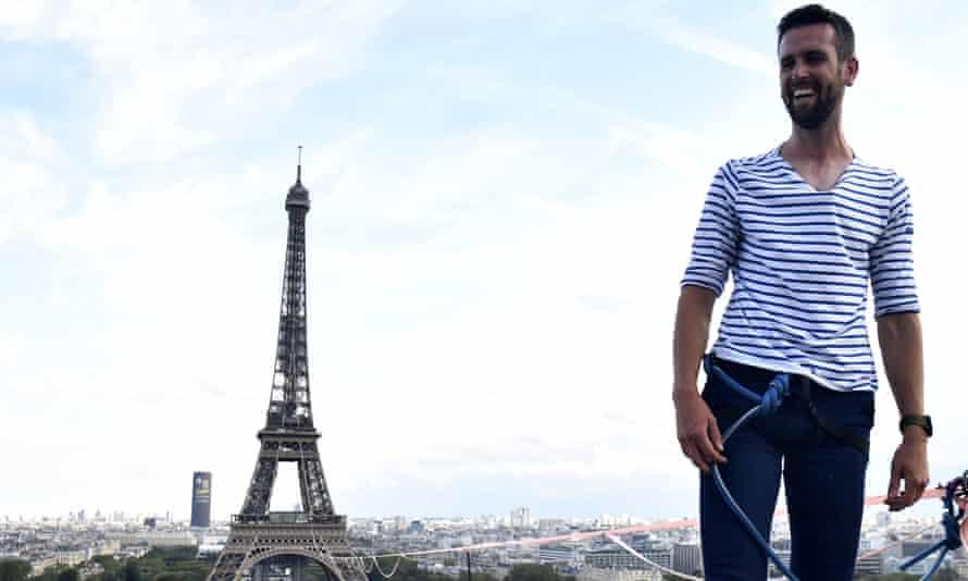 Nathan Boleyn traverse la corde raide entre la Tour Eiffel et le Teatro Chaillot à Paris, France
