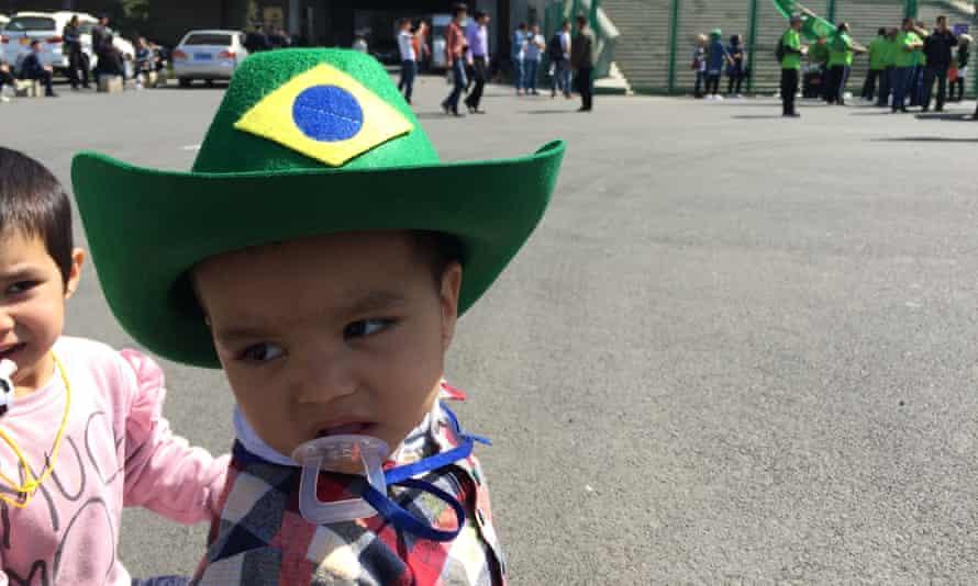 A young Leopards fan wears a cowboy hat in Brazilian colours