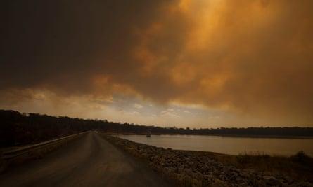Smoke from the Currowan fire fron