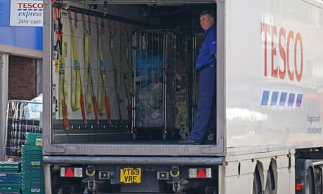 Tesco offers lorry drivers £1,000 signing-on fee due to shortage