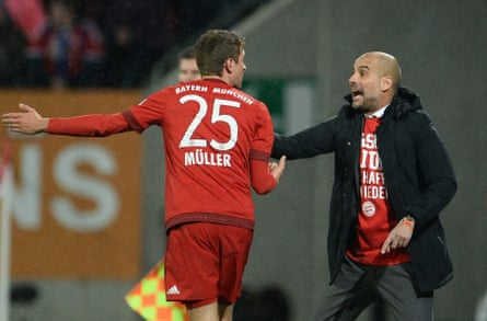 Bayern Munich coach Pep Guardiola speaking to Müller during the recent game with Augsburg.