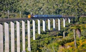 The Northern Explorer transferring the Hapuawhenua viaduct
