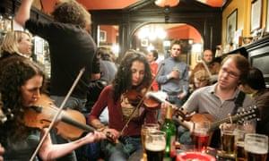 Live traditional folk music at Sandy Bells pub in Edinburgh.