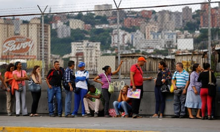 People line up expecting to buy food outside a supermarket in Caracas, Venezuela June 13, 2016. REUTERS/Ivan Alvarado