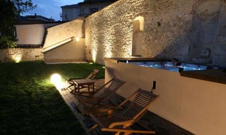 Garden and hot tub at Palazzo Rustici