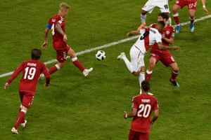 Paolo Guerrero attempts a back-heeled shot that goes just wide.