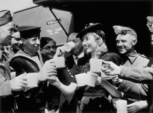 Vera Lynn has tea with serviceman in London in 1942