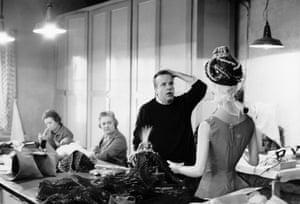 Zeffirelli choosing costumes in Milan