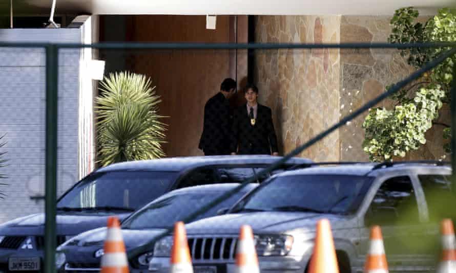 Police officers outside the Brasilia home of Eduardo Cunha