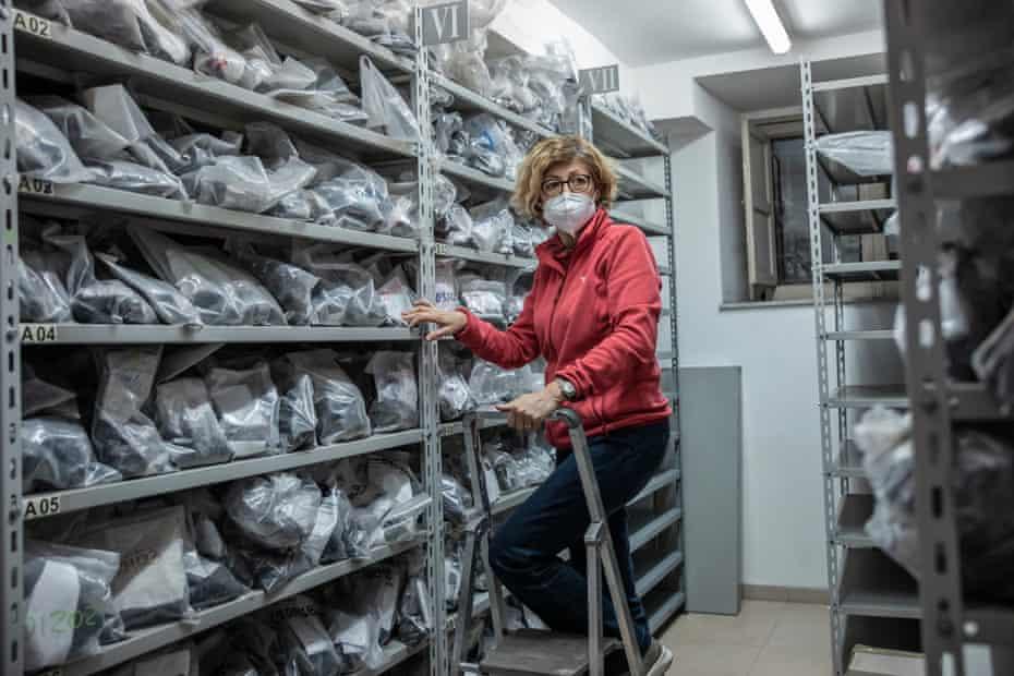 روزانا کورسارو در 'پتروتکا' ، اتاقی که نمونه های سنگ های آتشفشانی قدیمی اتنا را در انستیتوی آتشفشانی ذخیره می کند.