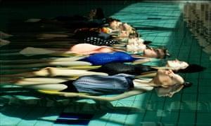pregnant women swimming