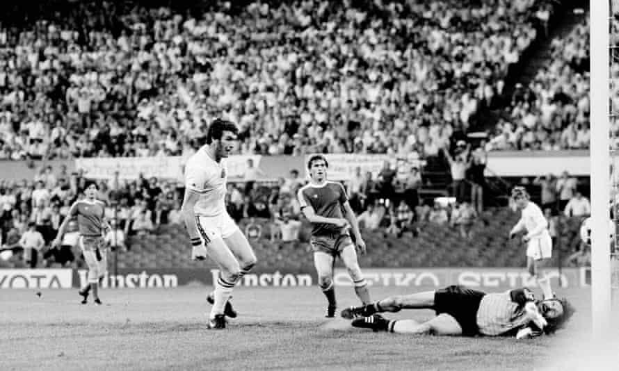 Peter Withe scores Aston Villa's winning goal.