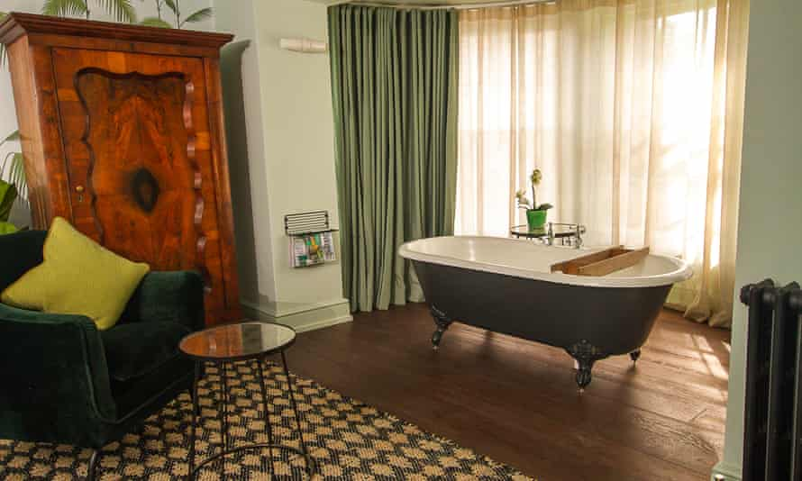 The Kings Arms in Dorchester Bay Room Bath 203
