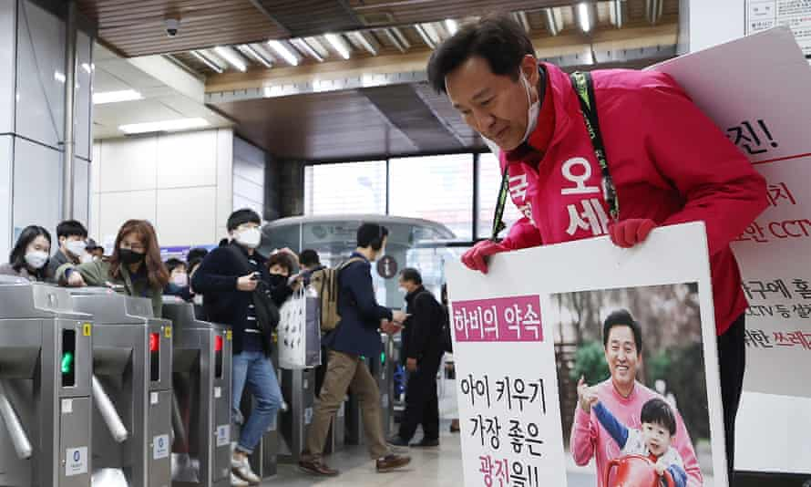 A candidate from the main opposition United Future party at a subway station in Seoul.