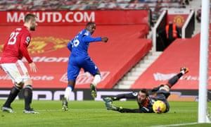 Doucoure of Everton scores for Everton.