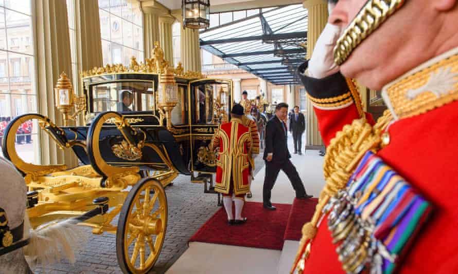 Xi Jinping arrives at Buckingham Palace.