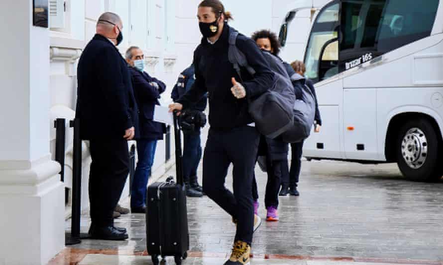 Sergio Ramos et ses coéquipiers arrivent à leur hôtel de Malaga, n'ayant pas pu rentrer dans la capitale.