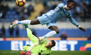 Lazio's Keita Baldé Diao tries to get to the ball ahead of Roma's goalkeeper Wojciech Szczęsny during the Serie A match.