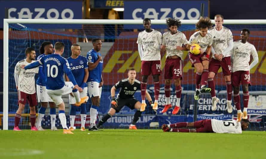 Everton's Gylfi Sigurdsson fires a free-kick into the Arsenal wall.