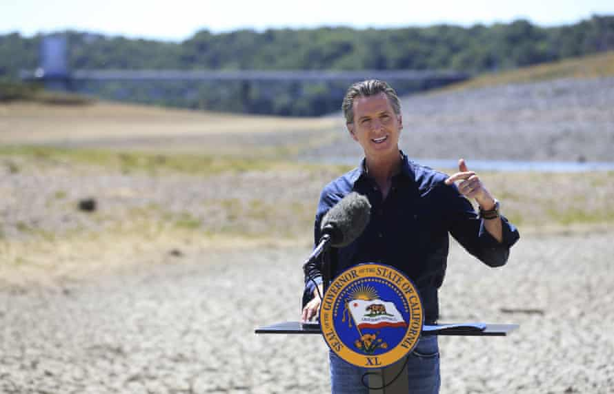 Le gouverneur Gavin Newsom tient une conférence de presse dans le bassin desséché du lac Mendocino à Ukiah.
