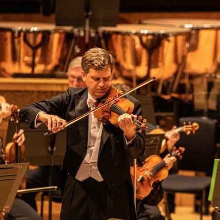 ... جیمز اِنس در سال 2019 با ارکستر فیلارمونیک لندن اجرا می کند.