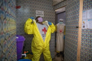 This is one of the crucial moments for the thousands of frontline workers in the Ebola response. The contamination risk is very high during the removal of the equipment. The volunteer safe burial teams have to wear this protective clothing from the moment they take the dead from their homes until the burial is over.