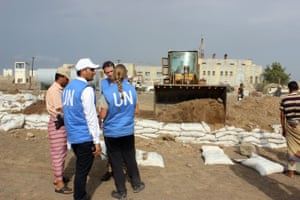 UN officials monitor the removal of sandbag barricades in the embattled Yemeni Red Sea port city of Hodeida