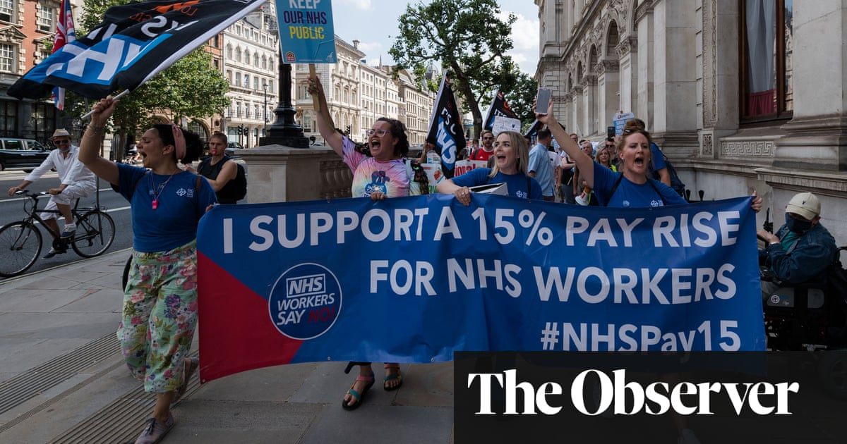 Nurses' pay in England to fall 7% in a decade even after government offer