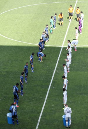 Players of Incheon United and Suwon FC keep their distance from one another ahead of their K League practice match.