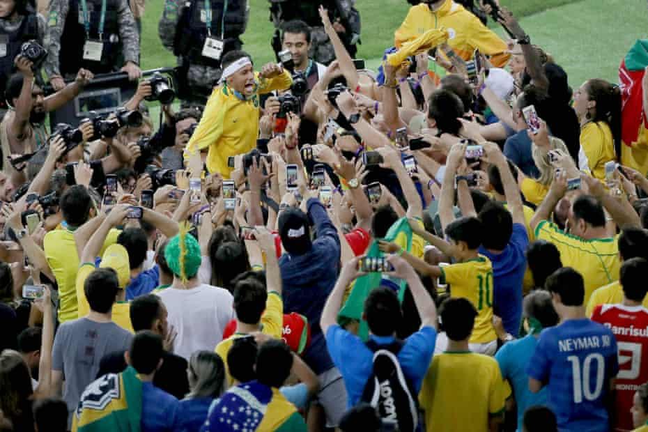 neymar, 2016 olimpiyat erkekler futbol altın madalya maçında brezilya'nın almanya'yı yenmesinin ardından olimpiyat altın madalyasını sergiliyor.