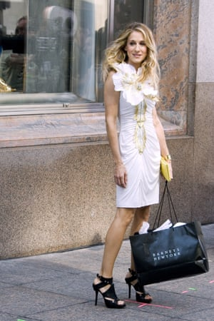 Sarah Jessica Parker holds a Barneys bag on the set of Sex and the City: The Movie in New York, New York, on 21 September 2007.