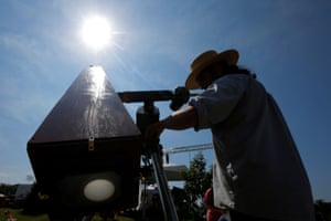 """Photographer C.D. Olsen adjusts his replica of the Kew Photo Heliograph outside the football stadium at Southern Illinois University in CarbondaleThe sun is projected on the ground glass (bottom) as photographer C.D. Olsen adjusts his replica of the Kew Photo Heliograph camera, which he will use to make a glass plate photograph of the total solar eclipse, outside the football stadium at Southern Illinois University in Carbondale, Illinois, U.S., August 21, 2017. Location coordinates for this image are 37'42'25"""" N 89'13'10"""" W. REUTERS/Brian Snyder"""