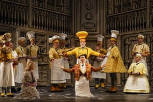 Pamina (Sofia Fomina), First Priest (Martin Snell), Sarastro (Brindley Sherratt), Speaker (Michael Kraus), Second Priest (Thomas Atkins) and Glyndebourne Chorus in Die Zauberflöte.