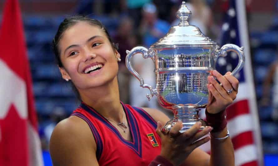 Emma Raducanu with the US Open women's singles trophy after winning the final