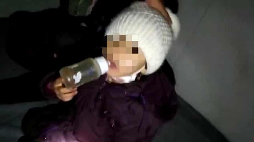 کودکی در کانتینر پناهجویان در لسبوس نگهداری می شود