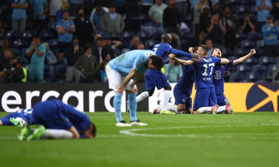 Para pemain Chelsea merayakan peluit akhir