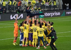 Unai Emery and his Villarreal players celebrate their victory.