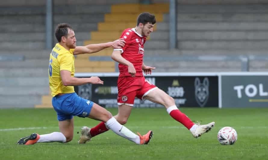 crawley town'dan ashley nadesan, torquay united'a karşı ilk tur gol şenliğinde galibiyeti alır.