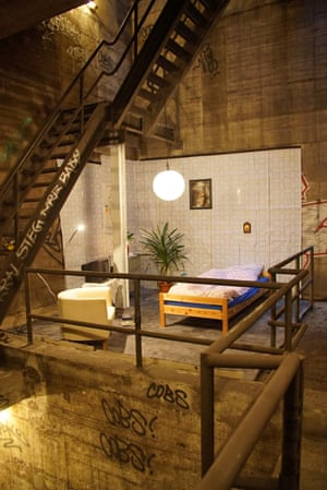 Among the graffitied concrete walls and industrial stairs, the bedroom looks pretty cosy.