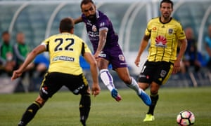 Diego Castro tries to split the Wellington Phoenix defence with an incisive pass at QBE Stadium on Saturday.
