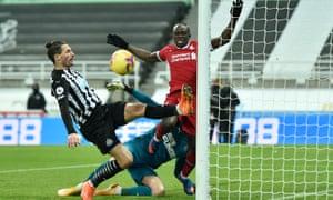 fabian schär, sadio mané'yi goalline'de gevşek bir topa yenmek için süper tepki gösterdi.