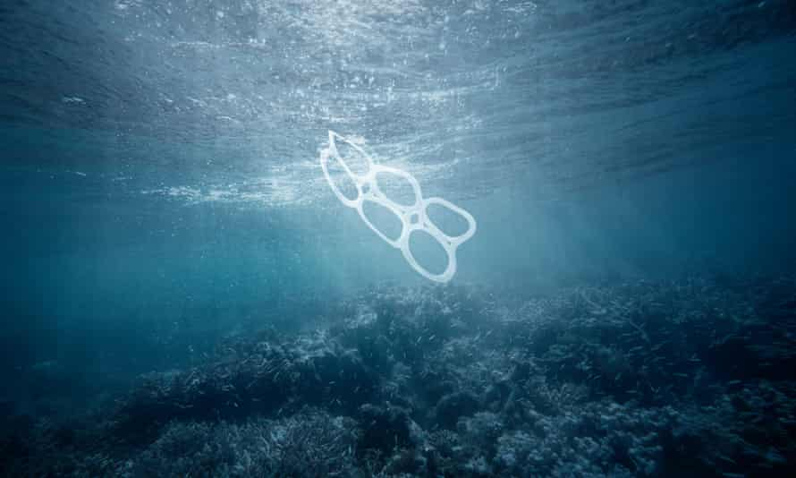A plastic six-pack wrapping floats in the sea.