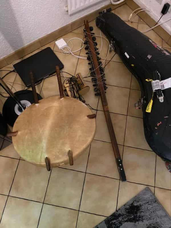 Ballaké Sissoko posted images of his broken instrument.