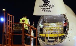 وصول الشحنة الأولى من لقاح مرض فيروس كورونا (COVID-19) إلى سنغافورة في 21 ديسمبر 2020.