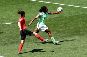Kim Doyeon plays back to the keeper