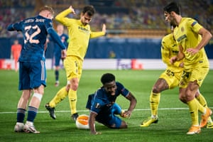 Bukayo Saka of Arsenal hits the deck following a challenge from Villarreal's Manu Trigueros and the ref points to the spot.